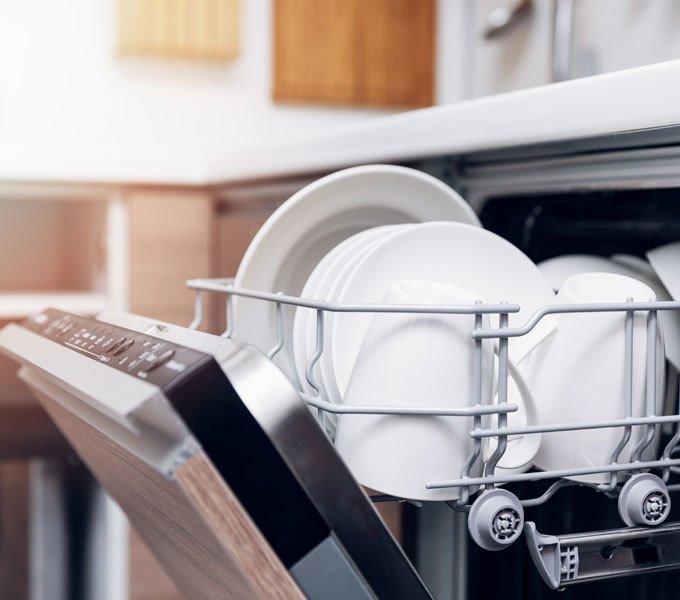 Sauberes Geschirr steht zur Entnahme aus dem Geschirrspüler bereit