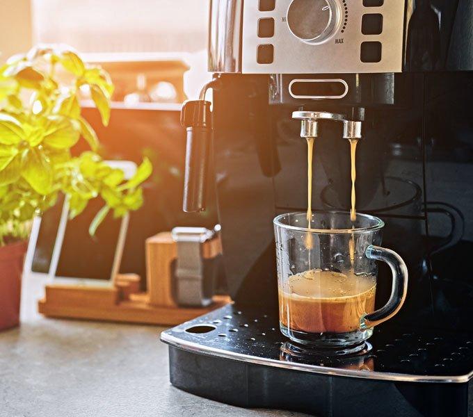 Ein Kaffeeautomat in der heimischen Küche