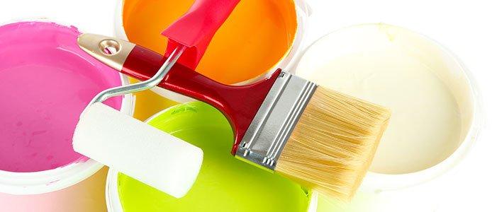 Nahaufnahme geöffneter Farbtöpfe mit Pinsel und Roller