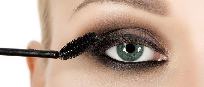 Nahaufnahme von Wimpern, auf welche gerade Wimperntusche aufgetragen wird.