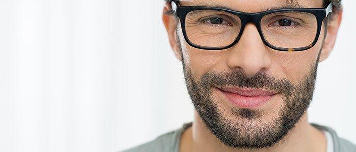 Nahaufnahme eines Mannes, welcher eine Brille trägt.