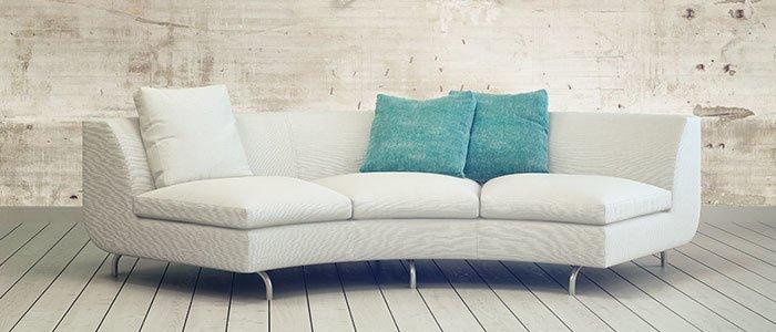 Aufnahme eines grauen Sofas mit Kissen darauf.