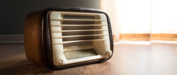 Kleines, altes Radio steht auf Holzfußboden