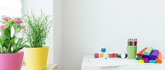 Aufnahme eines Schreibtisches für Kinder mit Stiften und Farben darauf.