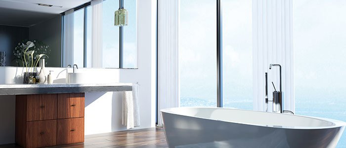 Aufnahme eines Badezimmers mit Panoramablick und großem Spiegel.