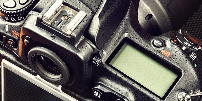 Herangezoomt auf die obere Rückseite einer Spiegelreflexkamera