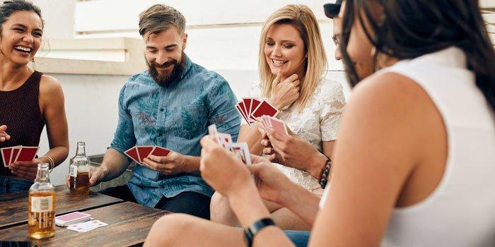 Aufnahme einer Gruppe von Freunden beim Kartenspielen