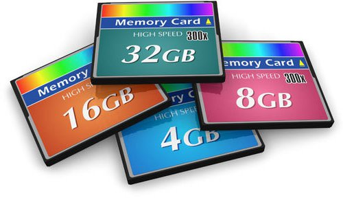 Vier Speicherkarten verschiedener Kapazitäten liegen übereinander