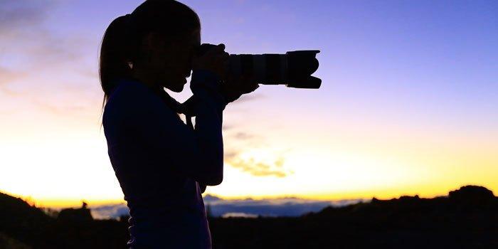 Frau fotografiert während eines Sonnenuntergangs