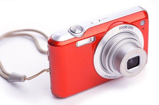 Rote Kompaktkamera mit ausgefahrenem Objektiv