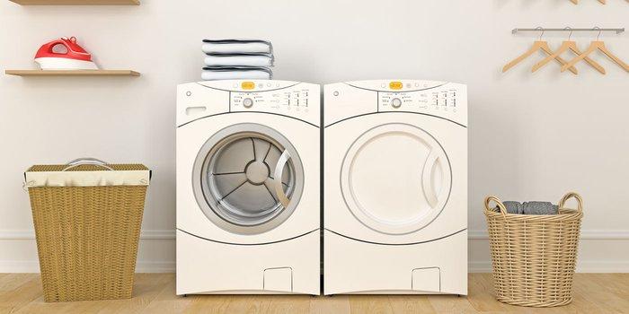 Waschraum mit Waschmaschine, Trockner und Bügeleisen