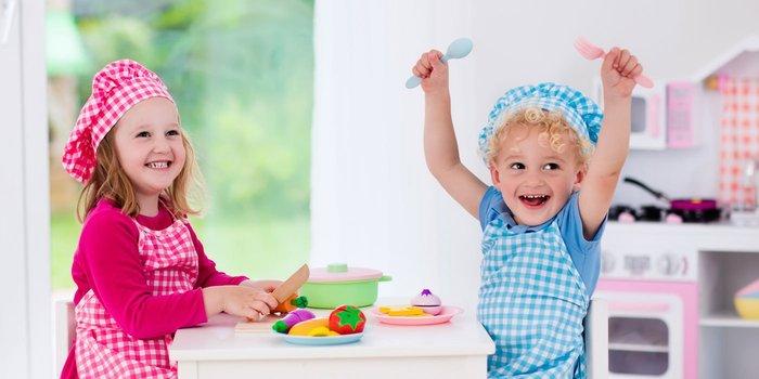 Kinder beim Spielen in ihrer Spielküche