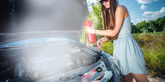 Autofahrerin löscht den Motorraum