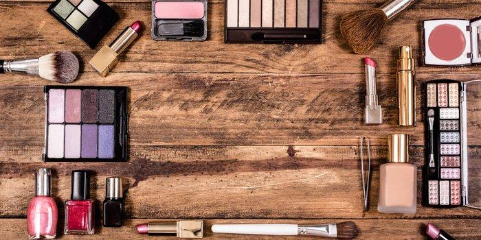 Eine große Auswahl an unterschiedlichem Make-up auf einem Holztisch