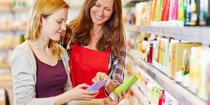 Eine Angestellte stellt einer Kundin ein Beauty-Produkt vor