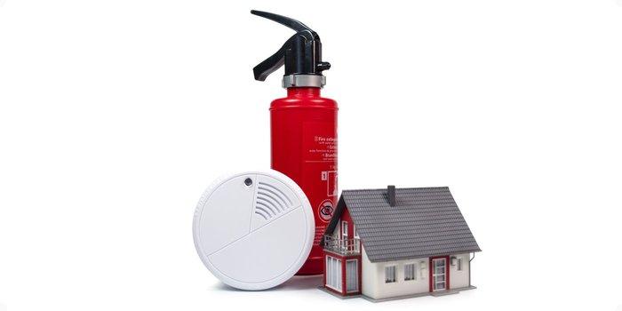 Haus mit Feuerlöscher und Rauchmelder