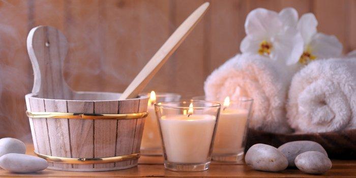 Kerzen, Handtücher und Holzkübel: das Zubehör trägt zur Stimmung mit bei