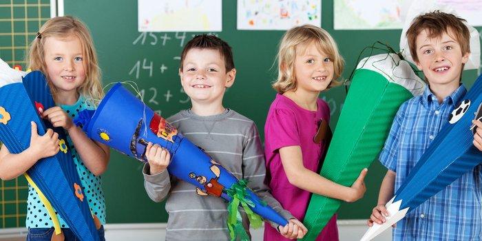 Kinder präsentieren Stolz ihre Schultüten
