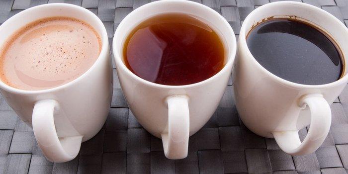 Drei Tassen mit Kaffee, Tee und Kakao