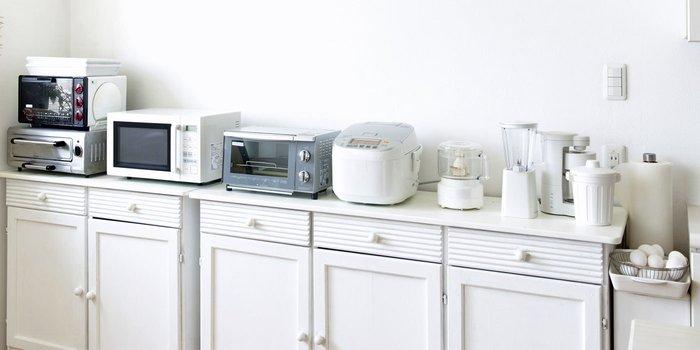 Eine Küchenzeile mit vielen Küchengeräten