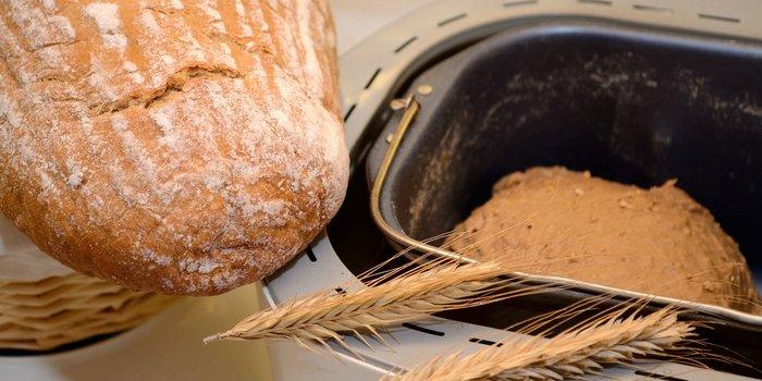 Selbstgemachtes Brot und weiterer Teig in der Maschine