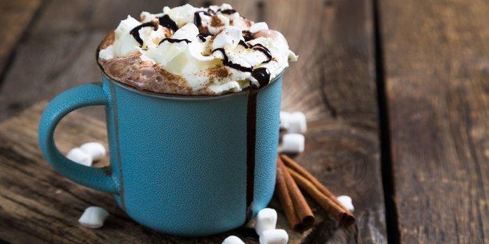 Heiße Schokolade mit Marshmallows in einem Emaille Becher