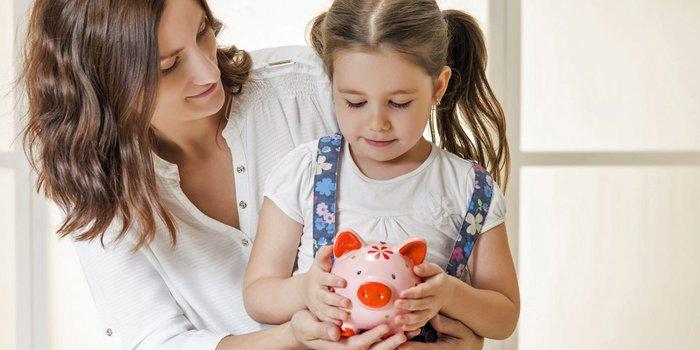 Mutter schenkt ihrer Tochter ein Sparschwein