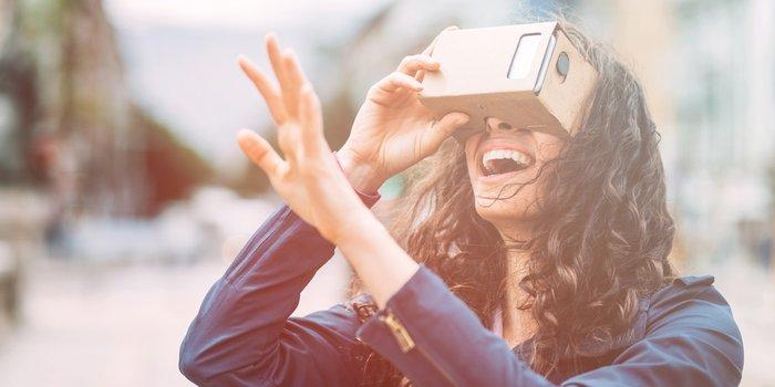 Dank Halterung für das Smartphone die Virtual Reality Outdoor nutzen