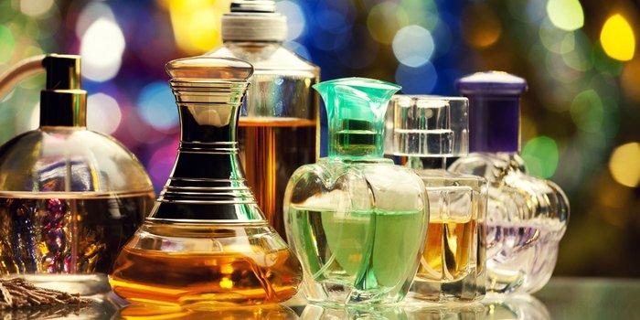 Parfumflaschen nebeneinander aufgestellt