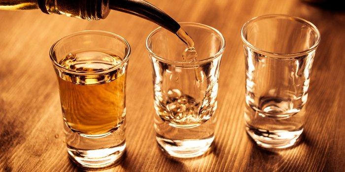 Drei Tequila-Gläser werden mit Tequila eingegossen
