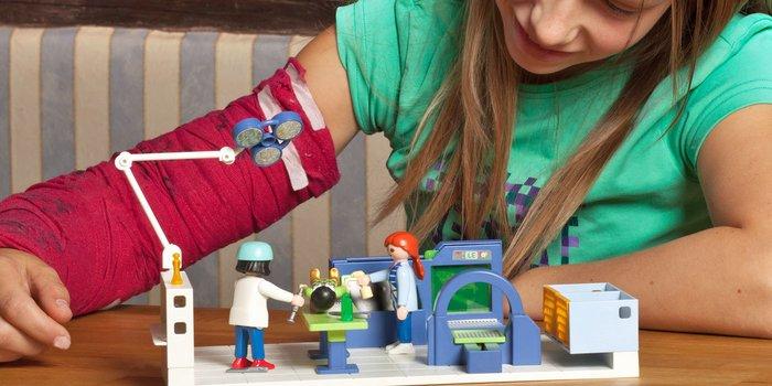 Mädchen spielt mit Playmobil
