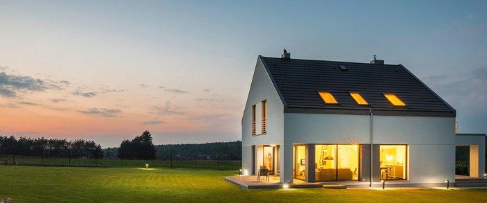 Modernes Haus mit Garten bei Dämmerung