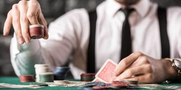 Aufnahme eines Mannes, welcher gerade Poker spielt.