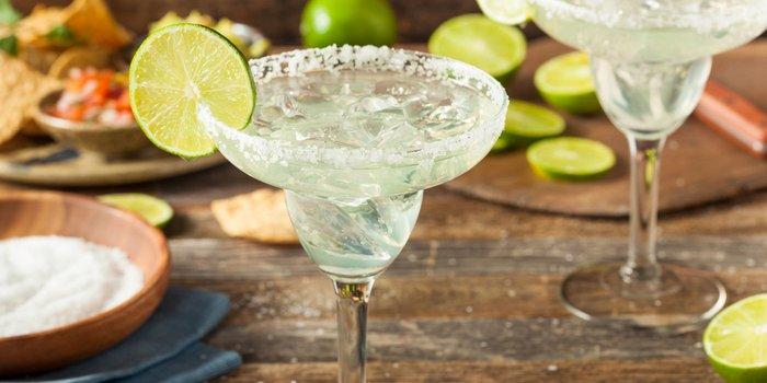 Ein frisch zubereiteter Margarita in dem typischen Glas mit frischen Limettenscheiben.