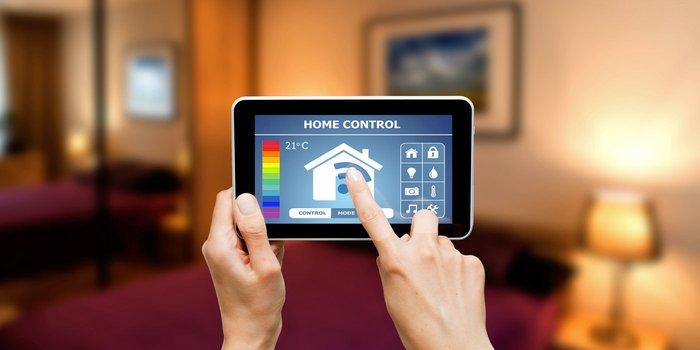Smartphone mit Benutzeroberfläche zur Kontrolle unterschiedlicher Funktionen im Haus