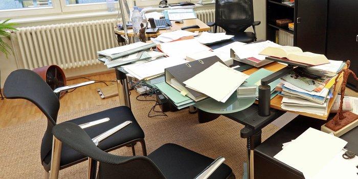 Ein völlig überladener und unaufgeräumter Schreibtisch