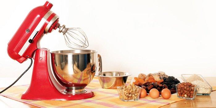 Küchenmaschine und Backzutaten stehen auf einem Tisch