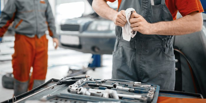 Handwerker reinigt sein Werkzeug