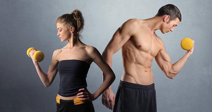 Aufnahme eines Mannes und einer Frau beim Training mit Hanteln.