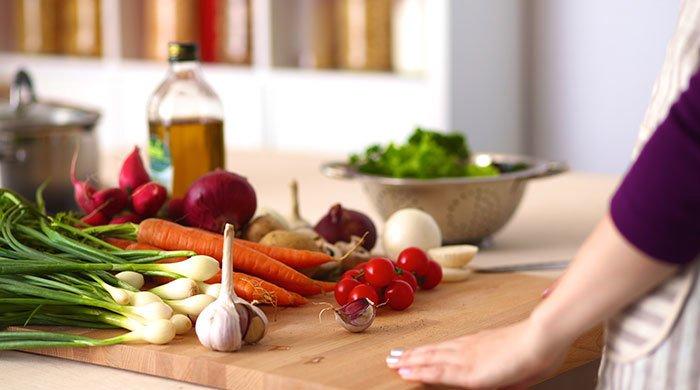 Aufnahme von Gemüse auf einem Schneidebrett in der Küche