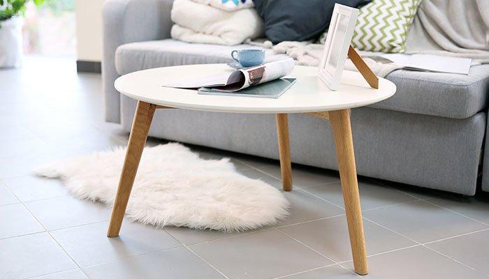 Aufnahme eines weißen Couchtisches vor einem Sofa